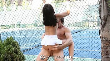 tenis girl Dillion Harper gets it on court