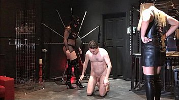 Mistress Arabella and Mistress Islya destroy the balls of Andrea Diprè