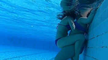 UNDERWATER LESBIANS PLAYING