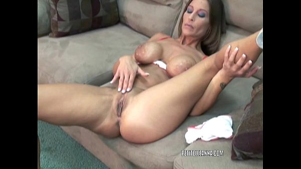 Mature hottie Leeanna fucks her toy