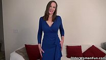 Sexy milf Lilly James from the USA takes off he...