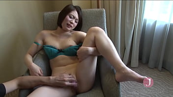 Short-haired Japanese milf with gorgeous body gets a huge cumshot after passionate fucking