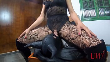 Dominant brazilian woman teaches how to facesit to her student