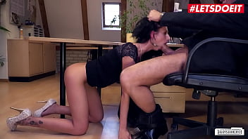 BUMS BUERO - July Sun - Sexy Ass MILF Babe Fucks With Boss At Work While Nobody's Around