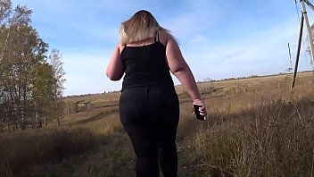 Shaking juicy booty in nature, the chubby gradually undresses her thick ass. Down with clothes, I love exhibitionism!