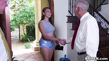 Busty Student Ivy Ros besokt...