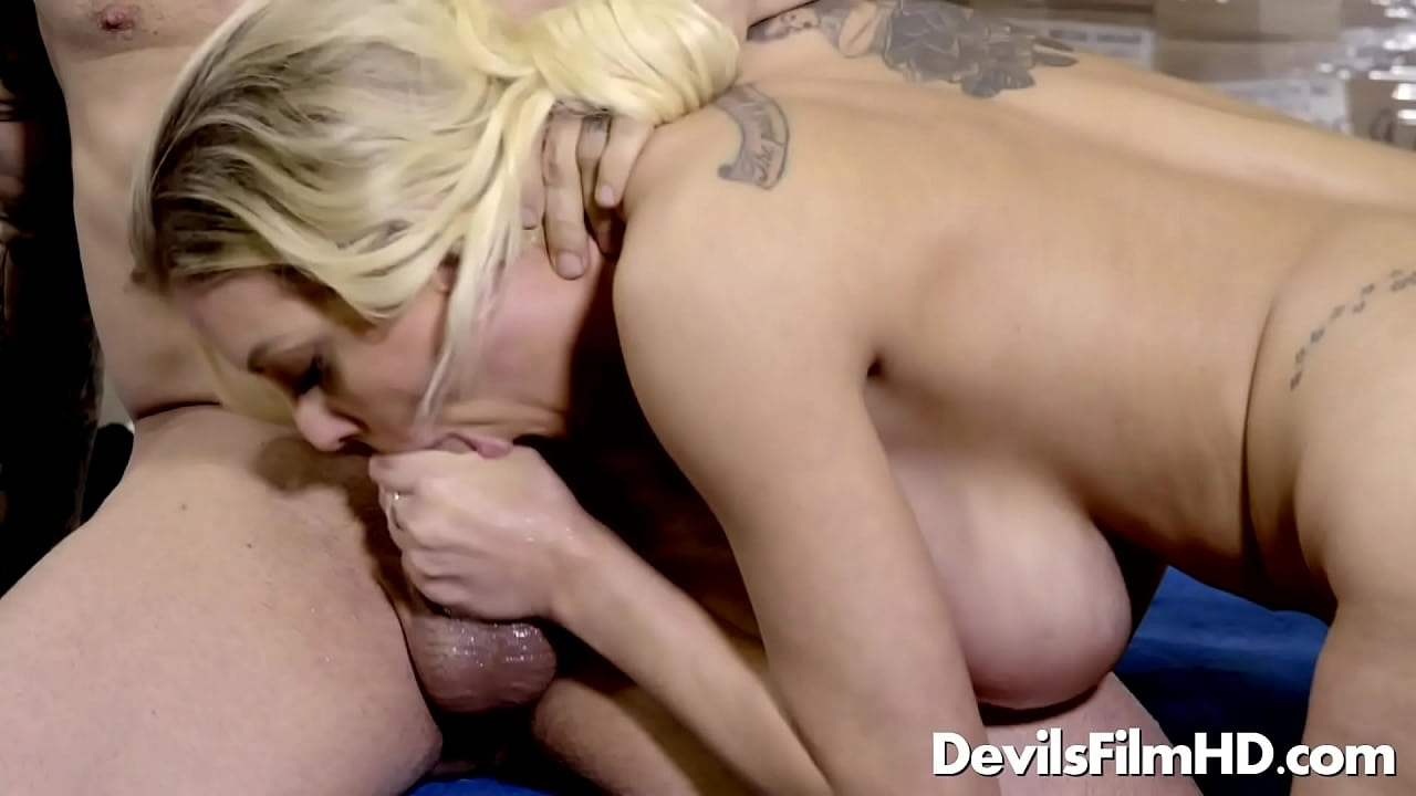 vollbusige blondine cumshot
