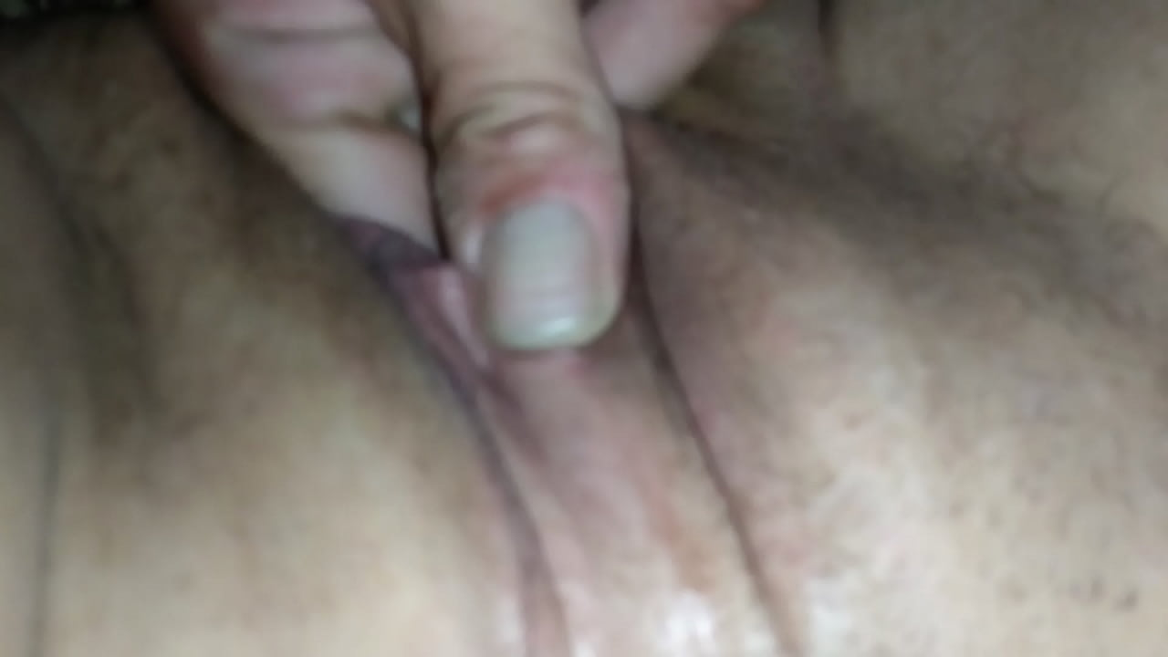 Amateur babe fingers her pussy till she cums