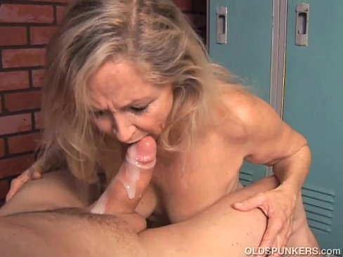Mature women eats creampie