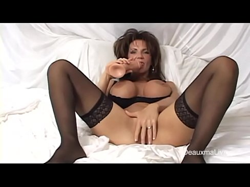 Amteur milf chubby plays